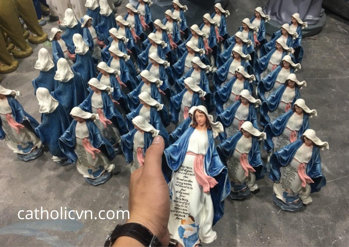 Tượng Công Giáo Mini là Tượng Công Giáo có kích thước nhỏ khoảng 10-15-20-25 cm. Được sản xuất bằng nhiều nguyên liệu khác nhau như: Polyresin, Gỗ, Đá, Thạch Cao, Composite,... Tượng Công Giáo Mini được sử dụng cho việc: tượng để xe ô tô (xe hơi), tượng để bộ bàn thờ nhỏ, tượng mini dùng để trên bàn làm việc, tượng mini dùng để cầu nguyện... Tượng Công Giáo có kích thước nhỏ được sử dụng rộng rãi và có mức độ linh hoạt cao.