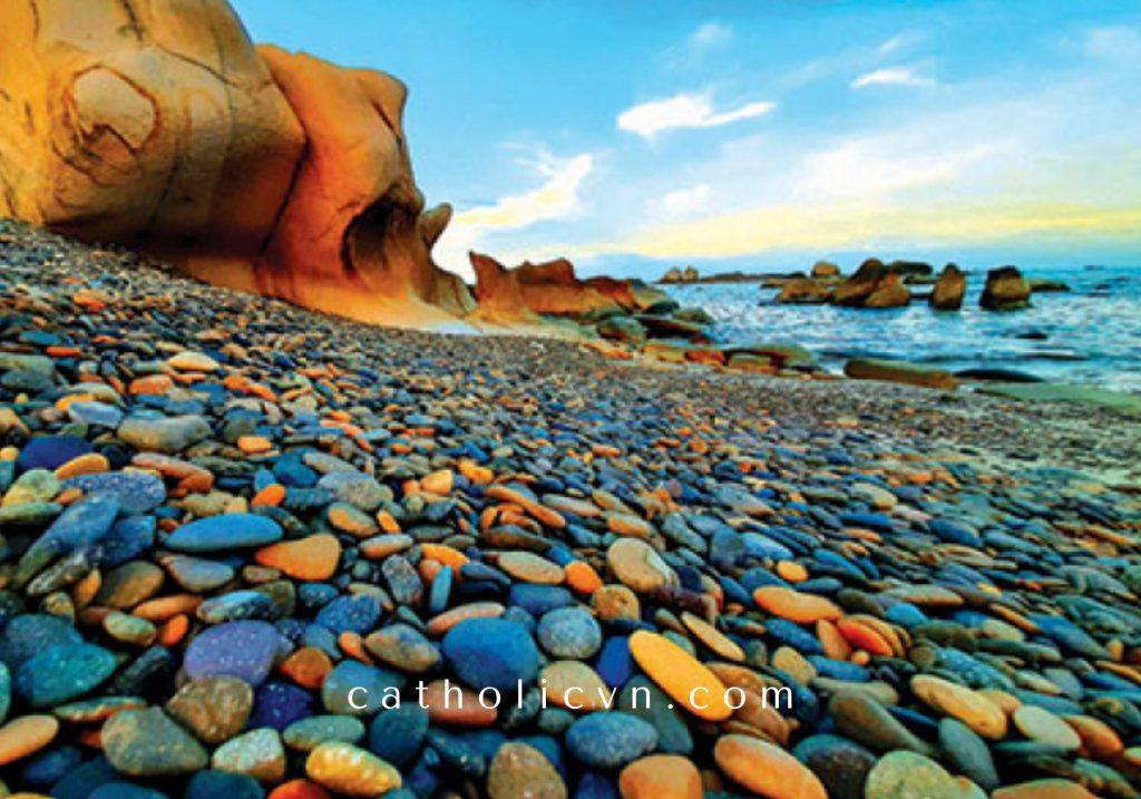 """Từ những viên đá cuội mộc mạc, thô kệch - những người nghệ nhân, người thợ đã tạo nên những """"tuyệt tác"""" người ta gọi đá là THẠCH ẢNH. THẠCH ẢNH là việc in hình 3D lên viên đá cuội theo đúng biên dạng của viên đá. Ứng dụng sự khéo léo của người nghệ nhân và ứng dụng công nghệ ảnh 3D để tạo nên những tuyệt tác. Thạch ảnh hay in ảnh 3d lên những viên đá cuội """"gồ ghề"""" là một công việc rất khó, đòi hỏi sự tỉ mỉ cao. Sau đây chúng tôi giới thiệu đến bạn những hình ảnh về thạch ảnh đẹp tại xưởng, cơ sở sản xuất chế tác thạch ảnh. Nếu bạn có nhu cầu đặt hàng, hãy liên hệ với chúng tôi theo thông tin ở cuối bài này."""