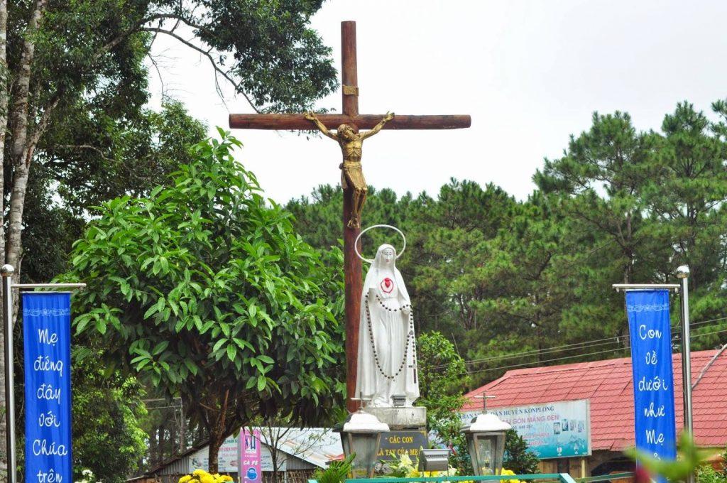 Đức Mẹ Măng Đen với quyền năng của hai bàn tay cụt (Hay còn gọi là Đức Mẹ Cụt Tay) tại Giáo Xứ KON-XƠM-LUTH, Giáo phận KON TUM.