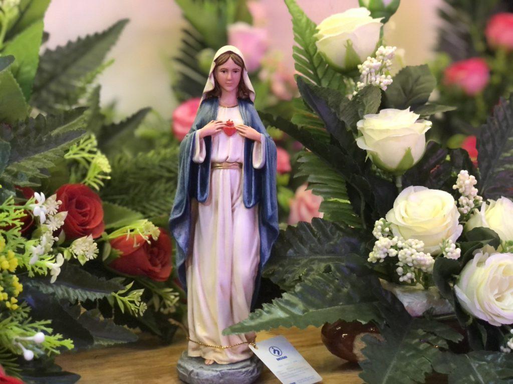 Tượng Công Giáo thường được sản xuất bằng nhiều những nguyên liệu khác nhau, phổ biến nhất là composite, thạch cao, gỗ, đá, nhựa, gốm sứ... Tượng công Giáo bằng vật liệu Polyresin là một dạng mới và rất được ưu chuộng do tính bền, nặng chắc chắn, bề mặt đẹp và đây là loại nguyên liệu cao cấp bậc nhất. Tượng Công Giáo phổ biến là Tượng Đức Mẹ Maria, Tượng Chúa Giesu, Tượng Thánh... được làm bằng nguyên liệu Polyresin và vẽ màu thủ công rất sắc sảo, có hồn và tôn vinh giá trị của thủ công.