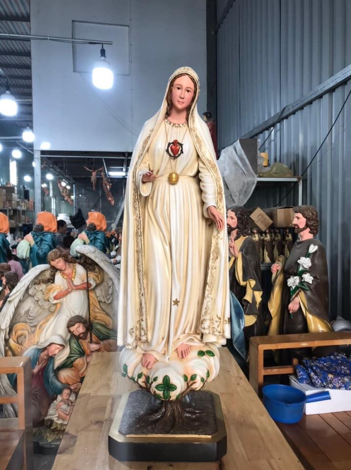 Tượng Đức Mẹ Fatima 100 cm được sản xuất tại Việt Nam. Mẫu Tượng được thực hiện bởi Beconi, đơn vị hàng đầu Việt Nam về sản xuất Tượng Công Giáo. Mẫu Tượng Đức Mẹ Fatima được mô phỏng theo 1 trong 6 bức Tượng Mẹ Fatima cổ (được làm bằng gỗ sồi dây thơm, được lấy ở nơi Đức Mẹ Fatima hiện ra tại Bồ Đào Nha; 6 bức tượng cổ do những tác động của Bạo động, Chiến tranh... nay chỉ còn 2 bức, 01 bức được đặt tại Tòa Thành Vatican và 01 bức tại Nhà Thờ Đức Bà Hòa Bình - Việt Nam). Bức Tượng mang theo một câu chuyện xuyên suốt lịch sử và mang ý nghĩa sâu sắc với những Người Công Giáo trên toàn thế giới.