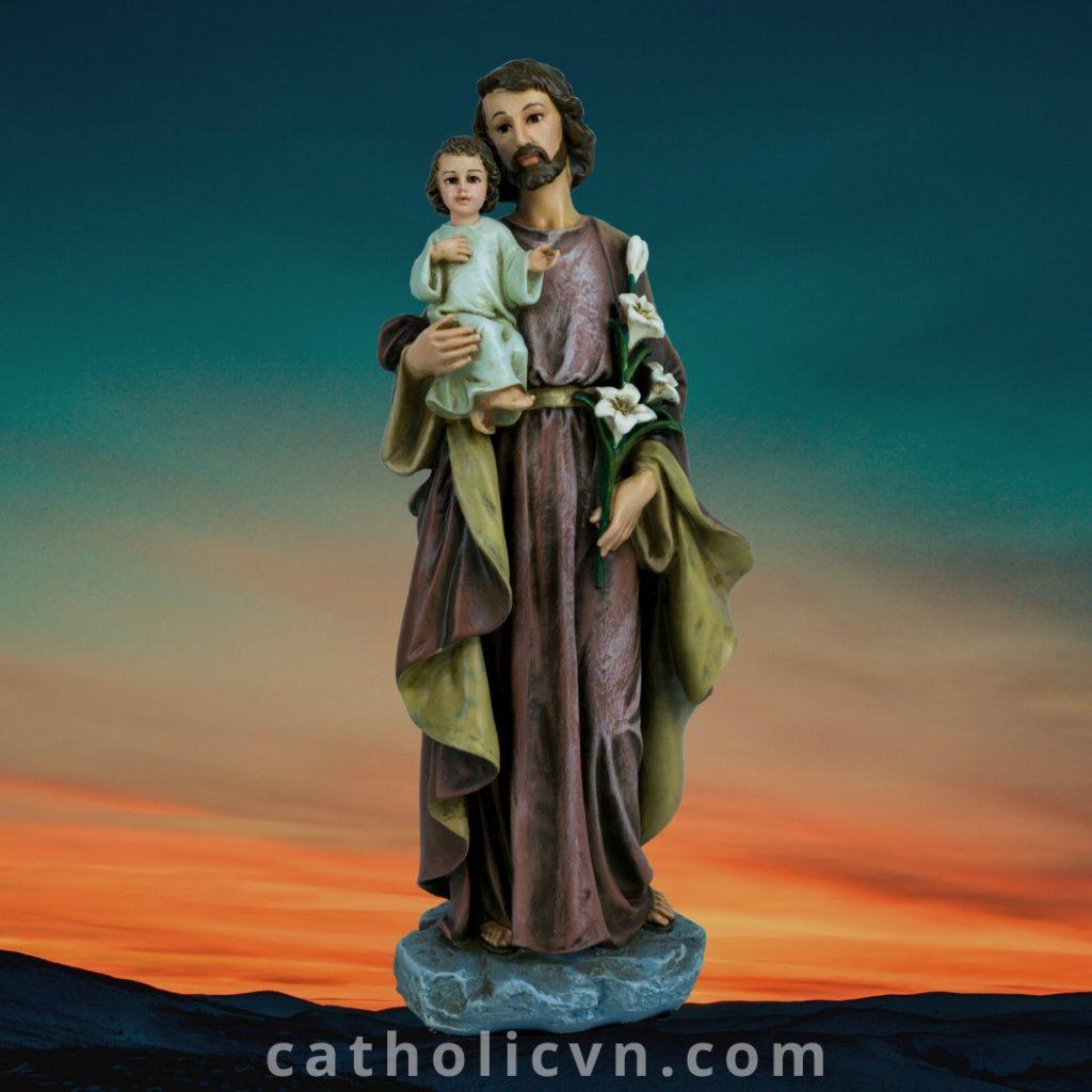 Tượng Thánh Giuse Bế Chúa được sản xuất chính hãng bởi nhà sản xuất Tượng Công Giáo cao cấp Beconi, đa dạng các kích thước từ 20 cm, 25 cm, 30 cm, 40 cm, 60 cm, 80 cm, 100 cm, 120 cm, 1.4 mét. Được sản xuất bằng nguyên liệu Polyresin cao cấp - quy trình nhượng quyền sản xuất từ Italia