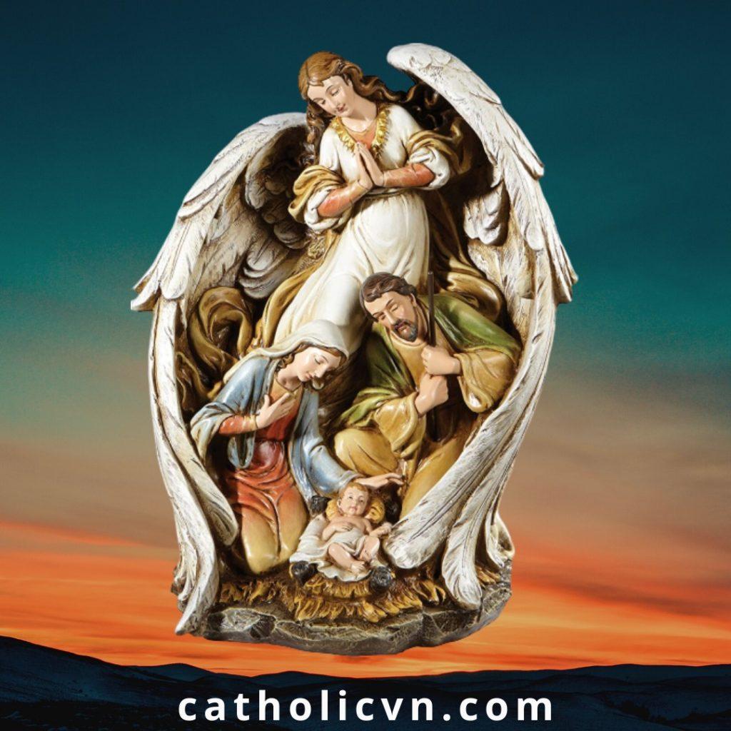 Tượng Thiên Thần Giáng Sinh gồm Thiên Thần dang đôi cánh, Đức Mẹ Maria, Thánh Cả Giuse và Chúa Hài Đồng trên máng cỏ là một tuyệt phẩm của Điêu khắc gia người Italia. Được nhượng quyền sản xuất tại Việt Nam và đã xuất khẩu đi nhiều nước trên thế giới.