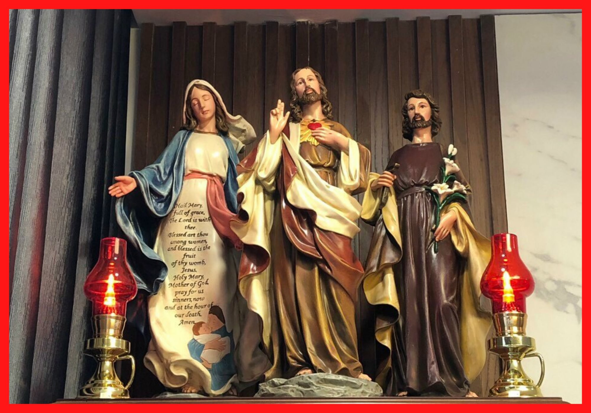 Bàn Thờ Công Giáo Beconi được sản xuất và kết hợp nhiều những nguyên liệu khác nhau, đa dạng mẫu bàn thờ, mẫu tượng ảnh chất lượng cao. Mẫu Bàn Thờ Chúa cao cấp bằng gỗ, bằng kính, treo tường, những mẫu bàn thờ gia đình hiện đại, hay bàn thờ chúa được chế tác bằng gốc cây, thêm các phụ kiện đèn led, hay đèn gỗ làm cho những Mẫu Bàn Thờ Chúa tại Beconi đẹp và được khách hàng tin cậy.
