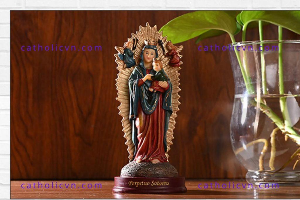 Tượng Đức Mẹ Bế Chúa Nhập Khẩu 15 cm. Dòng sản phẩm Tượng Đức Mẹ cơ bản, được làm bằng vật liệu nhựa composite tổng hợp. Tượng Đức Mẹ Bế Chúa nhập khẩu có kích thước nhỏ, mini phù hợp cho việc cầu nguyện, mang theo bên mình, để bàn làm việc, đặt trong phòng ngủ, trưng bày bàn thờ công giáo mini, hoặc để xe ô tô.