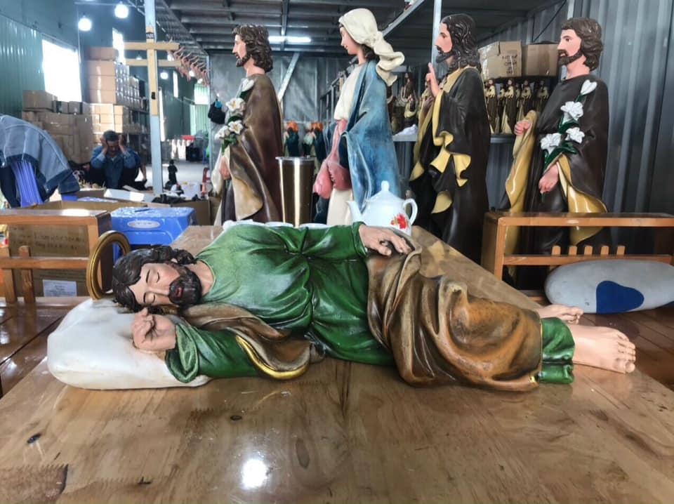 Tượng Thánh Giuse Ngủ Italia, mẫu ngoại nhập châu Âu, sử dụng nguyên liệu Polyresin và màu nhập khẩu cao cấp. Mẫu Tượng Thánh Giuse đang nằm ngủ đẹp là mẫu được quý vị khách hàng chờ đợi và trông mong trong một thời gian dài.