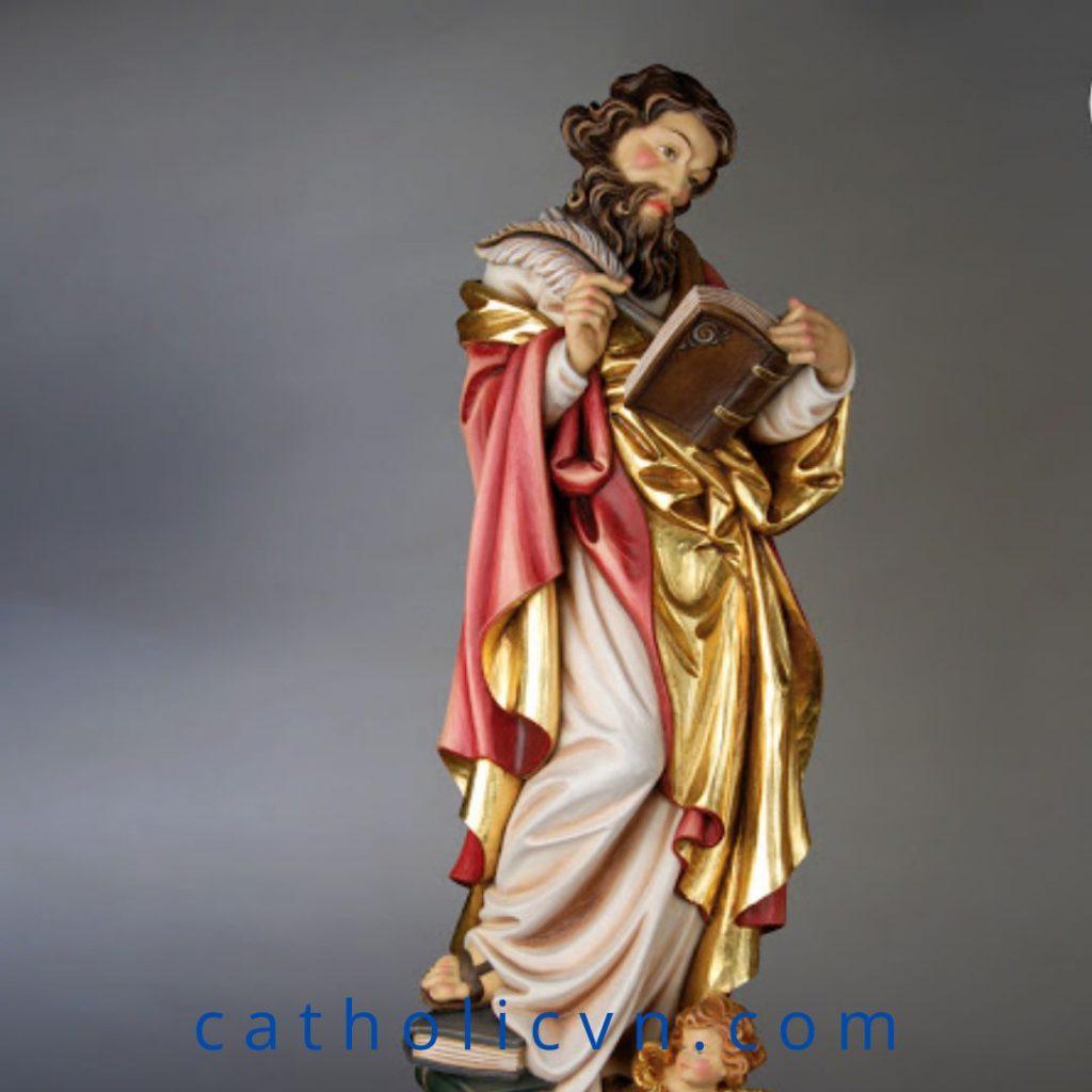Tượng Thánh Mattheu - Tông Đồ Thánh Sử.  Thánh Mattheu (Mát-thêu) là một trong nhóm 12 tông đồ. Ngài là nhân viên thu thuế, được Đức Chúa Giêsu gọi lúc ngồi ở bàn thu thuế. Theo Pa-pi-as (Giám Mục thành Hieropôlis khoảng năm 138) thì Matthêu cũng được gọi là Lêvi, đã soạn Phúc Âm bằng tiếng Aram, nhưng bản đó đã bị thất lạc. Hiện người ta chỉ tìm được những bản bằng tiếng Hy Lạp.
